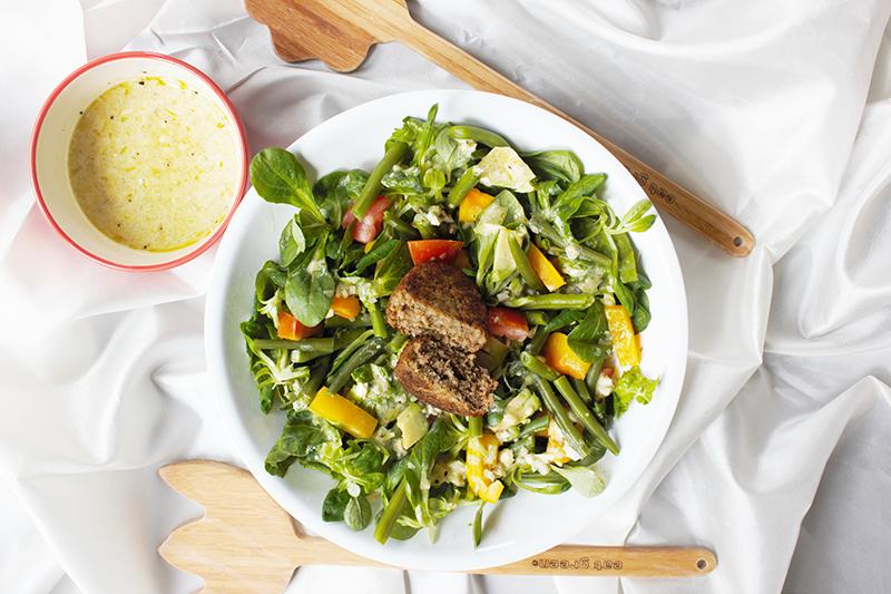 Salade met uiendressing