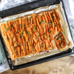 Wortelplaattaart met gekarameliseerde uien en pesto