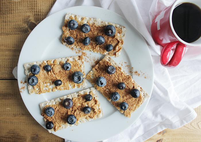 gezond eten - pindakaascracker met bessen