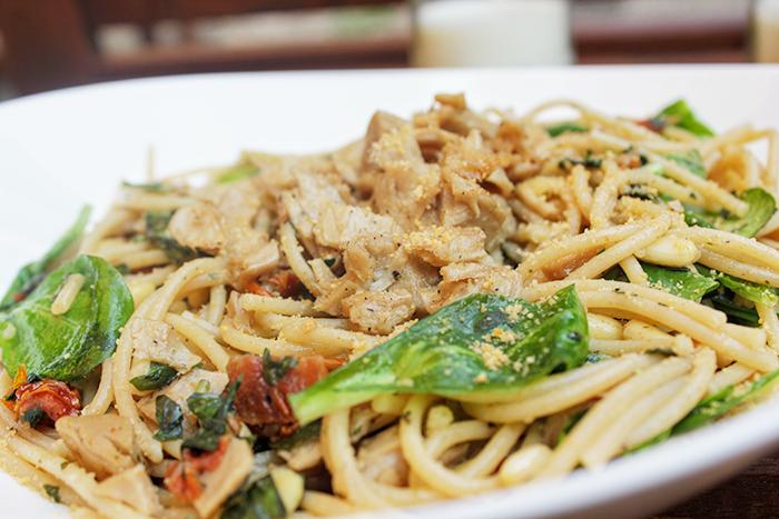 Italiaanse spaghetti knoflook basilicum en vegakip