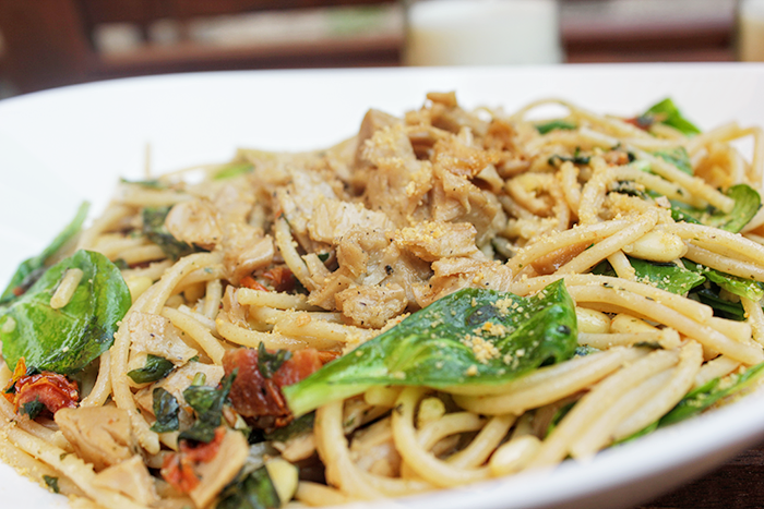 Spaghetti met verse basilicum, zongedroogde tomaatjes & kipstuckjes