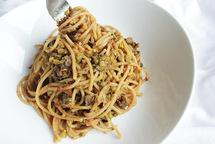 Mungbonen met spaghetti en tomatensaus