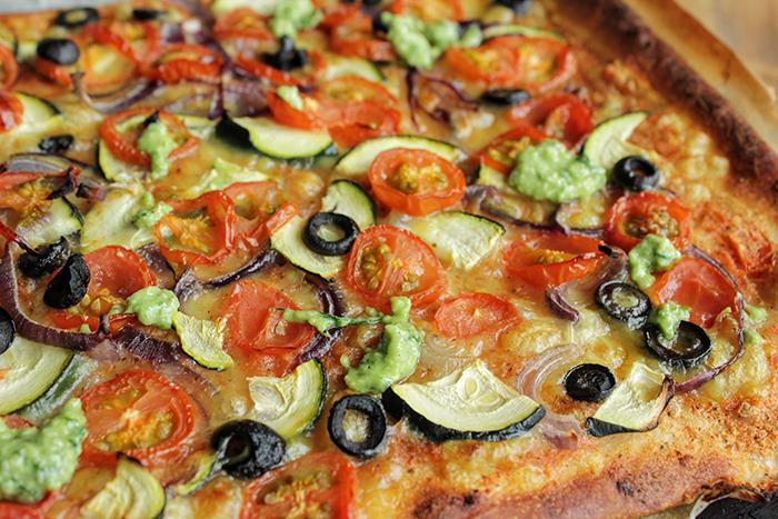 Veggie speltpizza met pestocrème