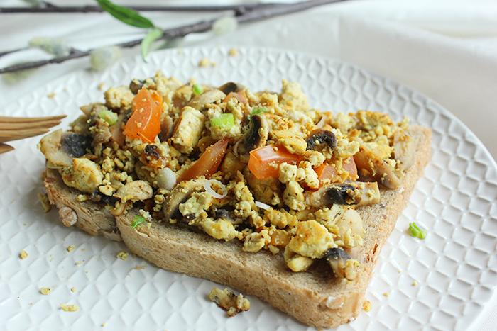 Tofu scrambled 'egg' – broodje dat naar ei smaakt