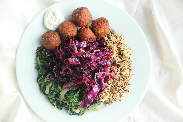 Quinoa schotel met rode kool, gewokte spinazie & falafel