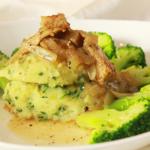 Peterselie aardappelpuree met 'kip' en uiensaus
