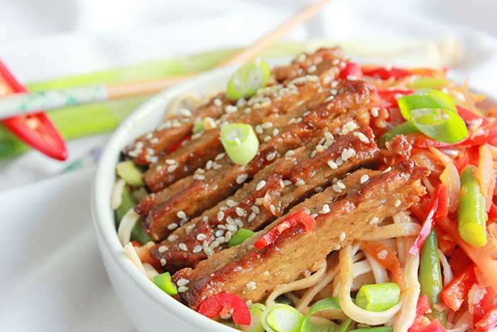Vegan steak teriyaki noedels