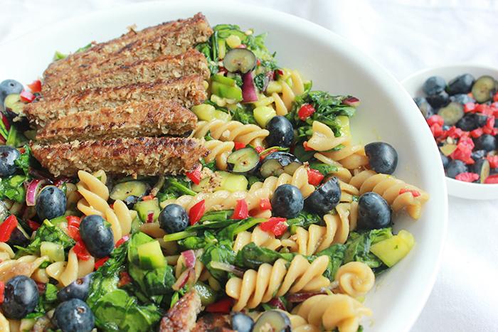 Vegan maaltijdsalade recept met blauwe bessen en mangodressing