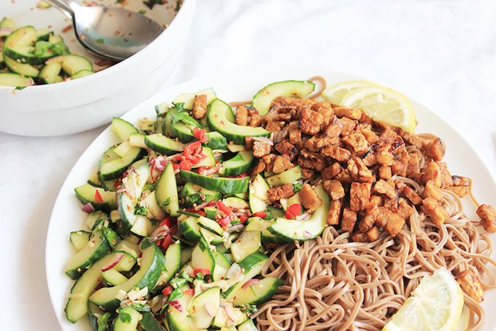 Koude noedels met Koreaanse komkommer salade
