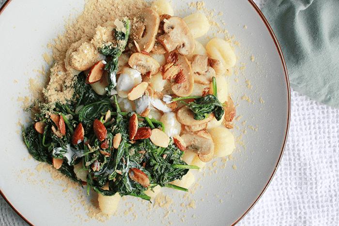 vegan gnocchi recept: met roomspinazie en gerookte amandelen