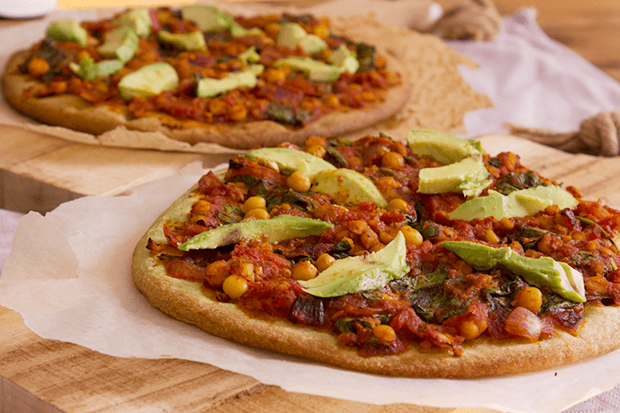 Vegan pizza met kikkererwten & avocado