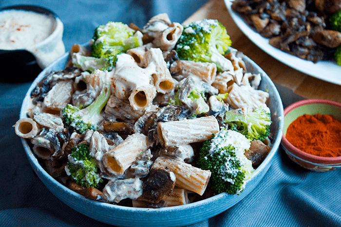 Romige pasta: broccoli, champignons en roomsaus van cashewcrème