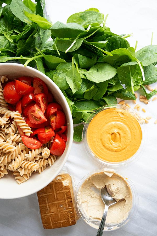 Vegan pasta met een hummus-tomatensaus