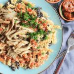 Veganistische pasta bolognese met walnoten en paddestoelen