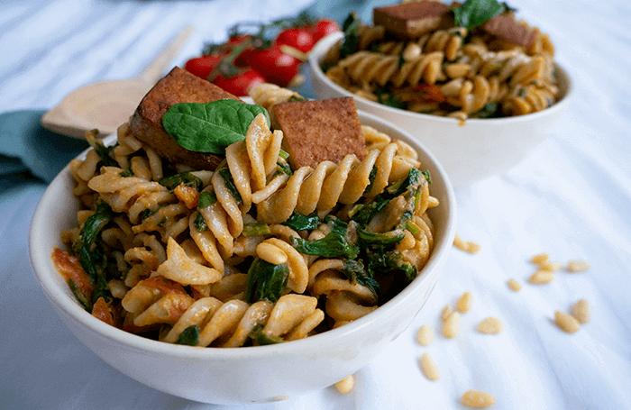 7 Snelle vegan pasta recepten op een rij. Hier de hummus-tomaten pasta met gerookte tofu.