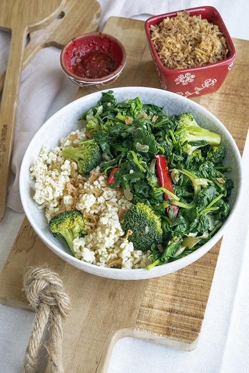 Snelle spinazie wok. Met super simpele ingrediënten creëer je deze smaakvolle roergebakken spinazie!