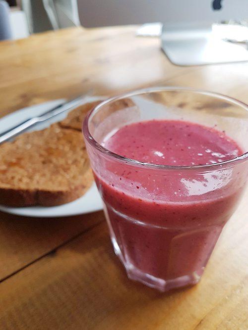 vegan eetdagboek: broodjes pindakaas en smoothie als ontbijt