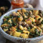 Gebakken aardappelen met groenten en harissa