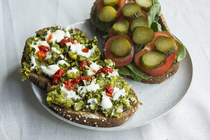 broodje falafel met yoghurt, harissa en groenten