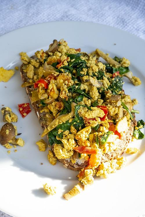 Tofu scramble met groenten op brood