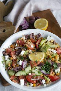 Kikkererwten salade in Griekste stijl. Met quinoa, kalamata olijven en feta.