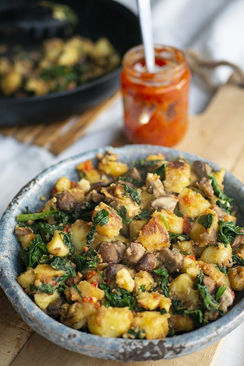 Perfect gebakken aardappeltjes met spinazie, champignons en harissa