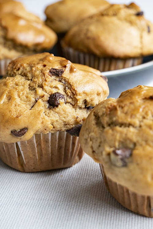 Heerlijke, luchtige chocolate chip muffins zonder eieren, boter of koemelk
