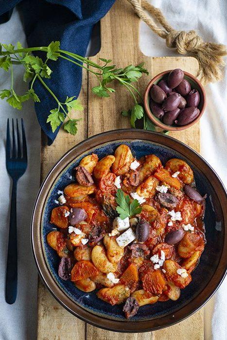 recept: Griekse limabonen met verse kruiden, kalamata olijven en vegan feta