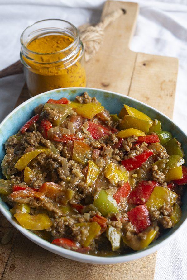 Indiase vegan curry met heerlijke specerijen, paprika's en plantaardig gehakt