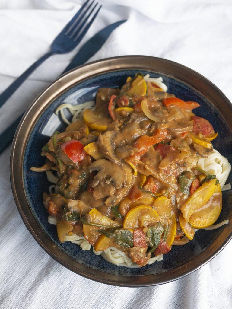 Vegan pasta recept met een heerlijke, gezonde tomatenroomsaus vol groenten
