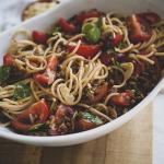 Knoflook spaghetti met verse basilicum, peper, tomaat en vegan gehakt