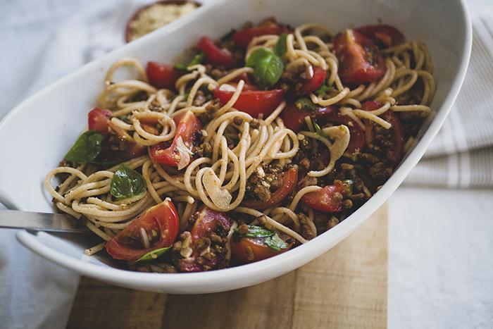 Knoflook spaghetti met peper, basilicum en tomaat