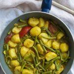 Een aardappel kerrie sperziebonenschotel. Heerlijk Indiaas gerecht dat lekker is bij roti, naan of rijst