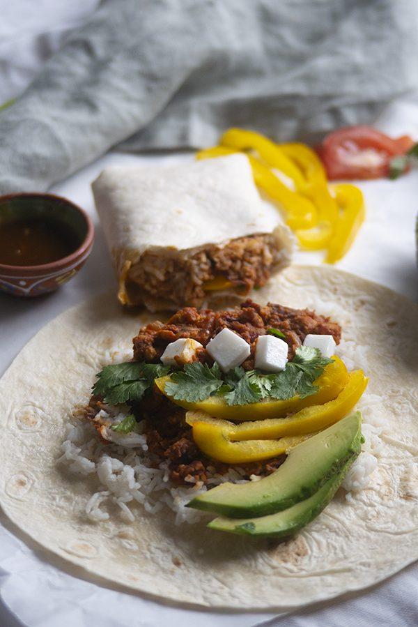 Mexicaanse vegan burrito's. Met heerlijke tempeh crumble in tomatensaus en vegan feta. Feestje!