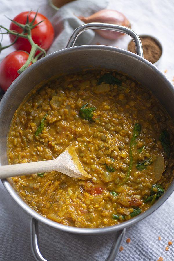 linzencurry met een mix van rode en groene linzen